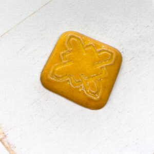 Celtic Square L2Studio cabochon Warm Yellow on light clay x 1 pc(s)