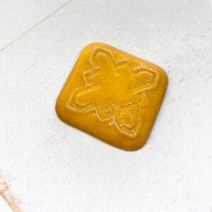 Celtic Square L2Studio cabochon Warm Yellow on light clay x 1 pc(s)