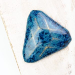 Facet Triangle L2Studio cabochon Blue Effect on light clay x 1 pc(s)