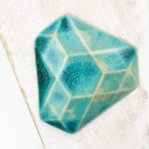 Facet Triangle L2Studio cabochon Crystal Turquoise on light clay x 1 pc(s)