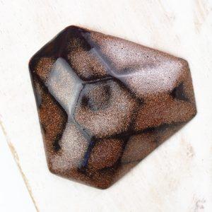 Facet Triangle L2Studio cabochon Red Copper on light clay x 1 pc(s)