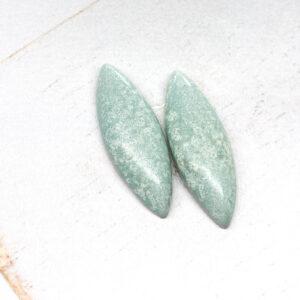 Small Navette L2Studio cabochon Minze on light clay x 1 pc(s)