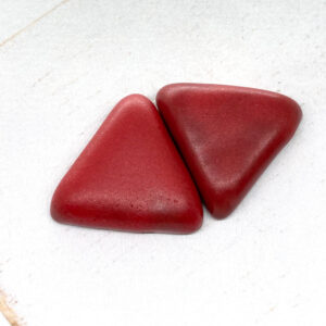 Small Triangle L2Studio cabochon Red Velvet on light clay x 1 pc(s)