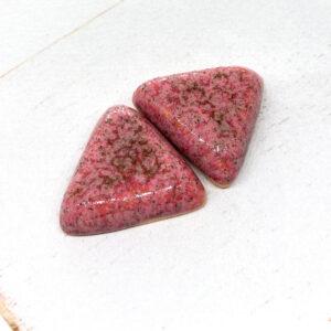 Small Triangle L2Studio cabochon Rosenquarzid on light clay x 1 pc(s)