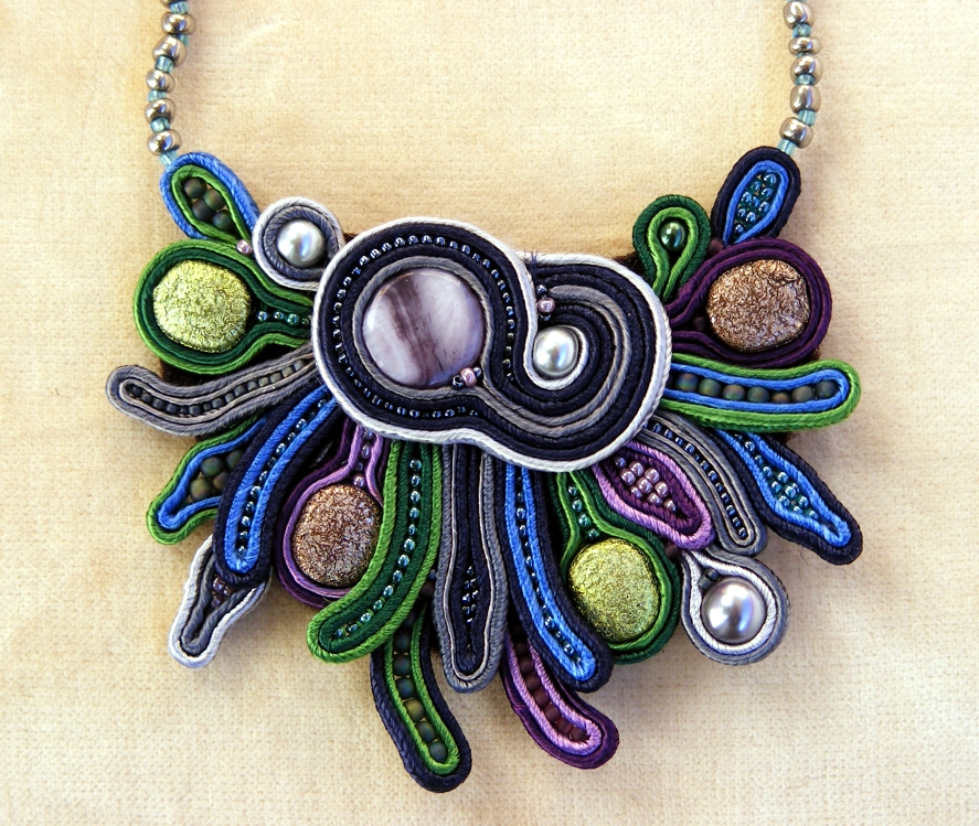 Color statement necklace 01